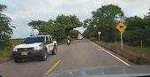 Denuncian escoltas policiales a caravanas petroleras y exceso de velocidad en la v�a hacia el Algarrobo