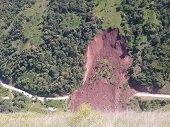 Derrumbe en la vía de La Soberanía sepultó varios vehículos
