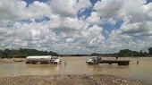 Transportadores de hidrocarburos pasan por el lecho del río Charte en San Rafael de Morichal sin ninguna restricción