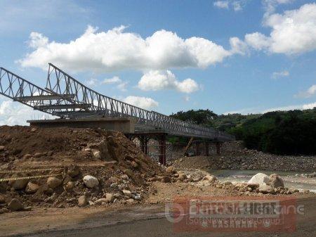 Hoy entra en operación puente metálico vehicular en el río Charte