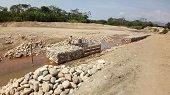 Capturadas cuatro personas por construir gaviones en la margen del rio Ocoa