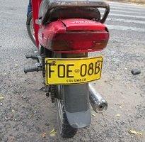 Moto con placas falsas originó grave accidente. Tripulantes huyeron